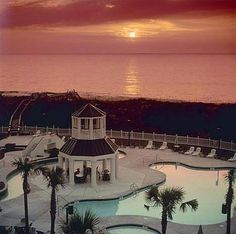 Litchfield Beach & Golf Resort Pawleys Island (South Carolina) Located opposite from Highway 17, this resort boasts a full-service spa and a lazy river. Huntington Beach State Park is 5.3 km away, and 4 golf courses are within 4.3 km.