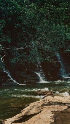 Wallpaper para celular das quedas na Cachoeira da Usina Velha em Pirenópolis. Conheça mais sobre o lugar no link!  #background