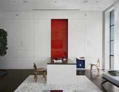 Großer Wandklapptisch deckt rote Wand auf                                                                                                                                                      Mehr
