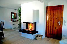 Moderner Heizkamin, Panoramakamin, schlicht weiß gemauert mit Naturstein-Feuertisch #moderner Heizkamin #moderner Kamin #moderner Ofen #Panoramakamin #Architekturkamin #fireplace #Ofenkunst