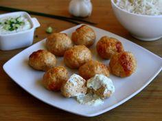 Boulettes de poulet tandoori et sauce raita au concombre-Pour les boulettes : 250g de blancs de poulet 1 blanc d'œuf la mie d'une tartine de pain 1 cuil.à café bombé d'épices tandoori 1 gousse d'ail lait sel poivre  Pour la sauce : 1 yaourt à la grecque (ou nature) 1/3 de concombre 1 gousse d'ail 2 brins de ciboulette (ou menthe) 1 pincée de cumin en poudre 1 pincée de massalé sel poivre