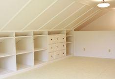 Beaucoup de rangements sous les rempants de ces combles : étagères et tiroirs permettent d'exploiter les espaces bas pour créer un dressing ou un petit atelier sous les toits.