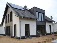 Einfamilienhaus Erker 200 A generous design with a mixed facade which underlines the clear lines and Welcome Design, Flat Roof, Bay Window, Garden Planning, Detached House, Future House, Bungalow, Architecture Design, House Plans