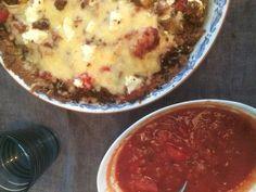 Tacopaj med salsa Skal: 120gram smör 2,5 dl mandelmjöl, 1,5 dl quinoamjöl 0,5 dl keso 1 msk fiberhusk.  Förgrädda 15 min 175 grader.  Salsa: fräs en hackad rödlök, 1 klyfta vitlök häll över 1 burk krossade tomater 1tsk balsam vinäger. Låt koka 30 min. Krydda med basilika hackad jalapeno klyftade små tomater.   Fyll pajen med tacofärs, salsan å stekta Championer strö över ost å feta. Ca 20 min i ugn.  Servera med gukamole och sallad.