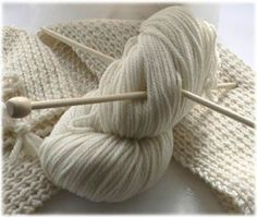 Come fare alcuni punti base (aumento barrato, aumento intercalato, maglia estrat. How to do some basic points (barred increase, intercalated increase, mesh extracted etc. Arm Knitting, Baby Knitting Patterns, Knitting Designs, Diy Crochet, Crochet Baby, Lana, Wool Sweaters, Knitted Hats, Sewing