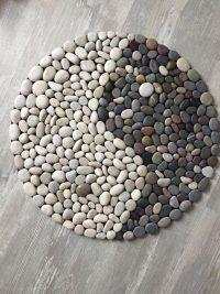 Premeňte kamienky na 170 nádherných dekorácií za pár centov. Tieto ste ešte nevideli - sikovnik.sk Pebble Mosaic, Stone Mosaic, Pebble Art, Stone Crafts, Rock Crafts, Beach Rock Art, Art Pierre, Rock Sculpture, Painted Rocks Craft