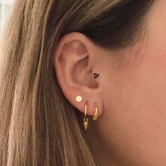 Platte gouden rondjes oorbellen met een diameter van 4mm. Het oorstekertje zit in het midden. #Piercings #GoldJewelleryInspiration