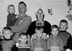 Sjoerd Hoekstra (Fak Hoekstra), haarspinner 1918-1997. Gehuwd in 1946 met Aaltje Tol (Aal van de Kraayer) 1922-. Kinderen: Johannes HM 1948-; Geertruida AHM 1950-; Margaretha MH 1952-; Albertus HJ, administrateur 1953-; Thomas I 1954-; Arnoldus AHM 1957, schreef kritische stukjes in de NIVO onder de naam A.H. #NoordHolland #Volendam