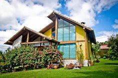 Busca imágenes de diseños de Casas de estilo rural en amarillo de CARLOS EDUARDO DE LACERDA ARQUITETURA E PLANEJAMENTO LTDA.. Encuentra las mejores fotos para inspirarte y crea tu hogar perfecto.