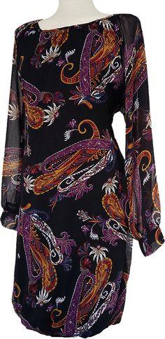 Vestido de gasa estampado y forro. Fondo negro con vistosos motivos florales, ceñido con goma en el bajo, muy confortable y amplio.