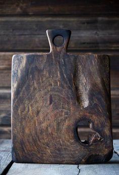 Wabi sabi, old wood cutting board Diy Cutting Board, Wood Cutting Boards, Chopping Boards, Wooden Boards, Wabi Sabi, Wood Projects, Woodworking Projects, Into The Woods, Old Wood
