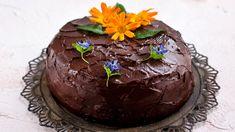 Tämä raparperikakku on Kotlieden lukijakilpailun satoa. Kilpailussa toiselle sijalle sijoittuneen Merjan raparperikakun suklaakuorrutus on vastustamaton. Cake, Desserts, Food, Tailgate Desserts, Deserts, Kuchen, Essen, Postres, Meals