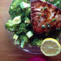 Lomo de atún sellado con reducción de vinagre balsámico sobre vegetales