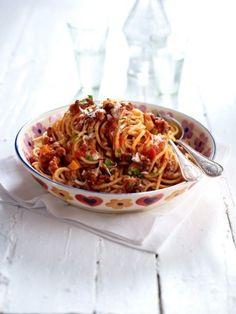 Sie ist die Königin der italienischen Küche, die Prinzessin unter den Nudelsoßen: Spaghetti Bolognese - ein traditioneller Gaumenschmaus. Wenn Mamma kocht, kommen alle!