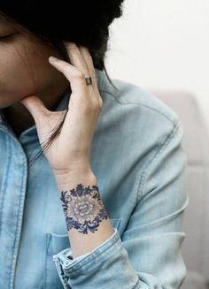 Le bracelet ne doit pas forcément être tribal. Orné de fleurs, comme celui là, il devient romantique à souhait.