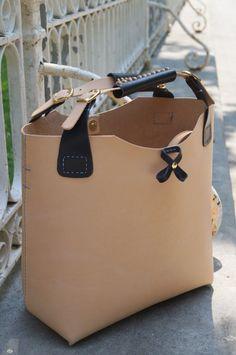 Tote Bag en cuero natural. Elaborado en piel de vacuno por BagsOnly