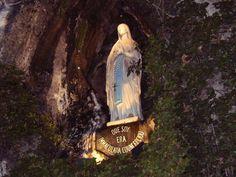 PREGHIERA ALLA MADONNA DI LOURDES O bella Immacolata Concezione, io prostrato qui innanzi alla benedetta vostra Immagine e riunito in ispirito agli innumerevoli pellegrini, che nella grotta e nel tempio di Lourdes sempre Vi lodano e benedicono. Vi prometto perpetua fedeltà, e Vi consacro i sentimenti del mio cuore, i pensieri della mia mente, i …