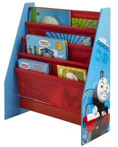 Dit boekenrek van Thomas de Trein is ideaal voor het opbergen van de favoriete boeken van je zoon. Het boekenrek heeft een stevig MDF-frame en vier stoffen vakken die ruimte bieden om boeken van verschillende vormen en maten netjes in op te bergen. Het is eenvoudig te monteren en zal niet misstaan in de slaapkamer of speelkamer.   Afmeting: 630x40x255 mm - Boekenrek Thomas de Trein: 23x51x60 cm