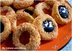 Volcan est le nom de ces petits gâteaux à la texture très fondante garnis de confiture et parsemés de cacahuètes ou amandes concassées sur tout leur contour