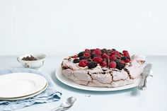 Pavlova med is Pavlova, Norwegian Food, Tiramisu, Cheesecake, Eat, Ethnic Recipes, Desserts, Deserts, Cheese Cakes
