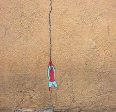 【周辺の景色を巧みに使う…!】発想に驚かされるストリートアート9選 | COROBUZZ Urban Intervention, Self Described, Stick Figures, Graffiti, Street Art, Green Building, Innovation, Environment, Architecture