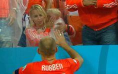 Filho de Robben chora após a eliminação da Holanda  http://angorussia.com/?p=21070
