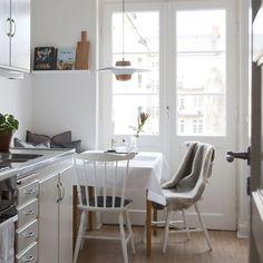 En helt magisk liten etta med balkong på Davidshall! Vänd mot gården på Erik Dahlbergsgatan 9 kan det inte bli bättre! Originalkök i fint skick, mysig balkong mot gården och generöst rum med spröjsade fönster. Renoverat superfräscht badrum med dusch! Kärlek! Erik Dahlbergsgatan 9, 41 kvm, pris 1 495 000:-. Thierry Asso nås på 040-101104 #instahome #malmö #balkong #tillsalu #davidshallstorg #mäklare #inspiration