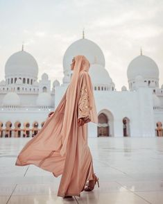 "Nabilah Kariem Peck on Instagram: ""Where I would've been right now, but اَلْحَمْدُ لِلّٰهِ Allah knows best 🙏🏼 Roaming this earth freely was a blessing that I hope to never…"" Arab Fashion, Muslim Fashion, Modest Fashion, Turban Hijab, Pink Leaves, Insta Photo Ideas, Muslim Women, Aesthetic Pictures, Blush Pink"