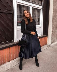 Dreamy Pleated Skirt Outfit Ideas For Fall You Should Already Own 22 Black Pleated Skirt Outfit, Long Skirt Outfits, Midi Skirt Outfit, Winter Skirt Outfit, Leopard Skirt, Pleated Midi Skirt, Summer Outfit, Dress, Winter Fashion Outfits