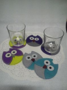 Posavasos Búhos de Fieltro. Felt Crafts Patterns, Fabric Crafts, Sewing Crafts, Crafts To Sell, Diy And Crafts, Crafts For Kids, Art Classroom Decor, Felt Coasters, Christmas Coasters