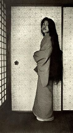 Rare photo of a Geisha after washing her hair, before styling it in the typical way. Ca. 1905.