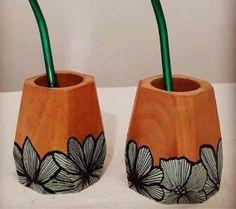 mates de madera pintados - Buscar con Google Concrete Pots, Planters, Mugs, Google, Crafts, Matte Painting, Decorated Flower Pots, Decorations, Painted Wood