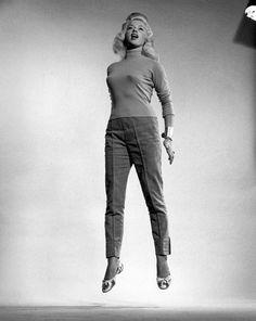 Philippe Halsman ( 1906 – 1979 ) était un photographe portraitiste américain. En 1952, alors qu'il photographiait la famille Ford ( celle des voitures ) pour le 50eme anniversaire de la marque il a eu l'idée de demander à Mme Ford de sauter devant l'appareil. Il s'aperçut que le fait de sauter obligeait ses sujets …