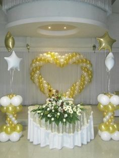 Wedding balloon decoration in the classic gold-white color combination. Wedding Balloon Decorations, Balloon Centerpieces, Wedding Balloons, Birthday Decorations, Wedding Centerpieces, Balloon Columns, Balloon Arch, Balloon Arrangements, Balloon Flowers