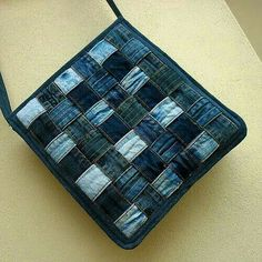 Hippies džíska proplétaná this is a rather nice denim bag but i ll have to figure it out myself cause i m not familiar with the languageHippies džíska proplétaná making one layer for a hotpad/ upcycled jeans / tote with woven denim panel /Han Diy Jeans, Jean Crafts, Denim Crafts, Patchwork Bags, Quilted Bag, Diy Sac Pochette, Denim Purse, Denim Ideas, Recycled Denim