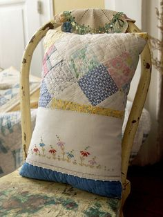 Vintage shabby farm house floral quilt toss pillow made from cutter quilt/vintage linens Old Quilts, Antique Quilts, Vintage Quilts, Vintage Fabrics, Vintage Linen, Vintage Pillows, Cute Pillows, Toss Pillows, Handmade Pillows