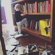 O nosso #MulherBacanaLê do dia não poderia ser mais fofo! É na infância que a gente aprende a se apaixonar por livros. E a @pitty mostra isso muito bem com a pequena Madalena: desenvolvendo gosto pela leitura desde cedo enquanto ajuda a mamãe a (des)arrumar a estante. E você qual foi o primeiro livro que marcou sua vida? #regram via GLAMOUR BRASIL MAGAZINE OFFICIAL INSTAGRAM - Celebrity  Fashion  Haute Couture  Advertising  Culture  Beauty  Editorial Photography  Magazine Covers  Supermodels…
