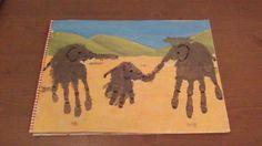 Olifant van handafdruk. Eerst schilder je de achtergrond. Vervolgens maak je met grijze verf een of meerdere handafdrukken, die je daarna bewerkt tot olifant. En voilà, je olifantenfamilie