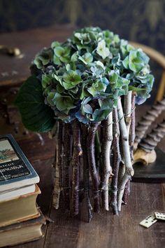 Re di Fiori Vasi di rami nodosi spesso coperti di muschi e licheni. È una delle specialità che Tage Andersen realizza a mano nel negozio di Copenaghen. Ny Adelgade 12 1104 København K, Danmark
