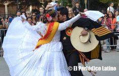 La Reina Marinera 2015 Lucero Chavarría deleitó a los presentes con su baile de Marinera acompañada de los artistas del grupo Perú Ritmos y Costumbres.