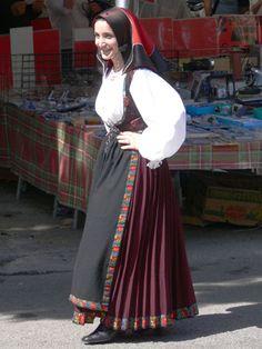 Lanusei Folk Clothing, European Clothing, Handkerchief Folding, Sardinia, Costumes For Women, Traditional Outfits, Female, Skirts, Sleeves