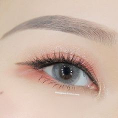 Eyeshadow, however, takes a little more finesse. Perfect eyeshadow comes down to choosing the best colors for your eye color and shape, and blending of . Makeup Inspo, Makeup Art, Makeup Inspiration, Makeup Lips, Makeup Hacks, Style Inspiration, Soft Eye Makeup, Asian Eye Makeup, Korean Makeup Tips