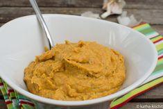 Du suchst ein leckeres Hummus Rezept? Dann probier doch mal diese Variante für mein würziges Hummus mit Aubergine und gegrillter Paprika aus - schau vorbei!