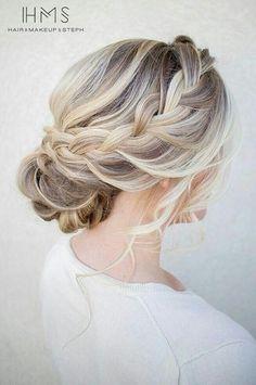 Lekker rustig in subtiel. De vlecht maakt het helemaal af. | Haar | Bruidskapsel | Vlecht | Opgestoken | Blond | #bruiloft #bruid #kapsel