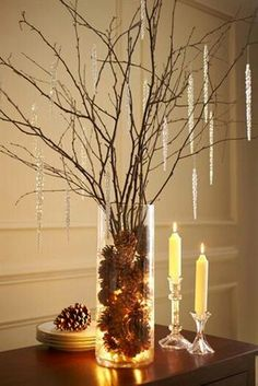 Si pensamos en adornos simples, para complementar la decoración, lo más común es tomar un puñado de ramas, atarlas con un moño y colocarlas sobre algún mueble o la chimenea. Esta idea se puede hacer sola, o bien acompañada de un jarrón de cristal con semillas o piñas de pino.