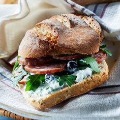 Sandwich original à la saucisse de Morteau séchée et aux myrtilles