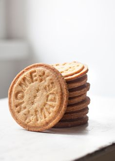 Sin dudarlo, son galletas caseras / There's no doubt, they're homemade cookies Milk Cookies, Biscuit Cookies, Almond Cookies, Cookie Recipes, Dessert Recipes, Desserts, Bolacha Cookies, Homemade Cookies, Edible Cookies