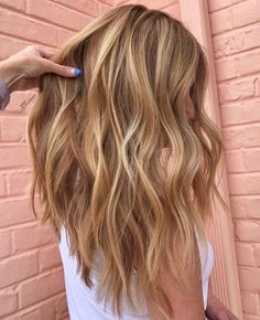Gorgeous Golden Blonde Hair Color Shades to in 2019 Golden Blonde Hair, Blonde Hair Looks, Balayage Hair Blonde, Brown Blonde Hair, Dark Strawberry Blonde Hair, Golden Hair Color, Honey Balayage, Brunette Hair, Haircolor