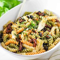 This pasta salad is hands-down the best pasta salad in town. Made with homemade Italian dressing and loaded with sun-dried tomatoes, black olives, artichokes and fresh basil. Amazing and so easy! Recipe included ALL-NEW VIDEO! Vegetarian Pasta Salad, Best Pasta Salad, Pasta Salad Italian, Italian Rice, Slow Roasted Pork Shoulder, Homemade Italian Dressing, Classic Salad, Healthy Pastas, Healthy Foods