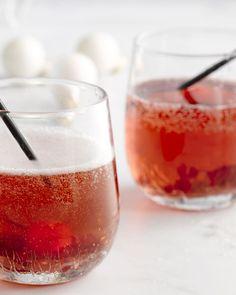 Een eenvoudige cocktail, met cachet, deze veenbessen spritz. Je maakt zelf een lekker veenbessensiroop en schenkt daarbij frisse prosecco. Schol!